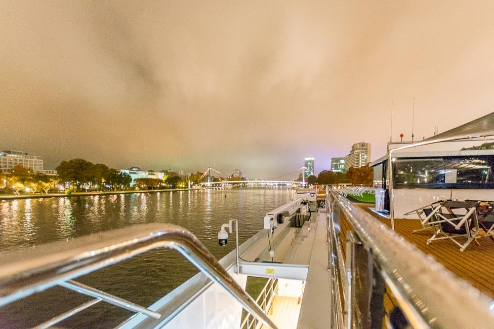 River Voyager bei Nacht in Frankfurt am Main