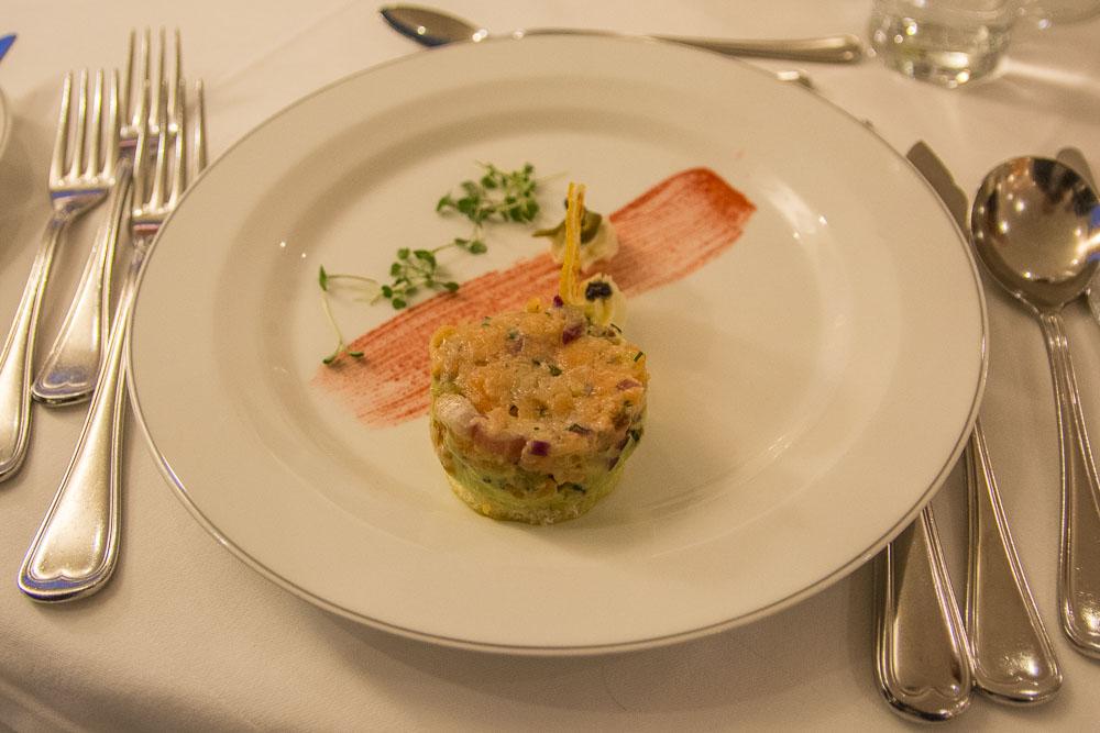 Lachstartar mit Avocado und Kaviar Crème Fraîche