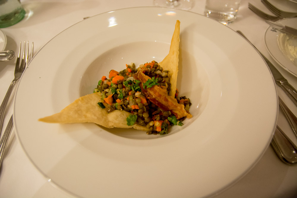 Berglinsen-Gemüse-Salat mit Speck Chips und Kürbiskernöl